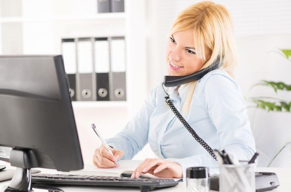 Junge Frau telefoniert im Büro. (Ausbildungsberufe)
