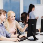 Junge Fachinformatiker während des Studium vor einem Bildschirm.