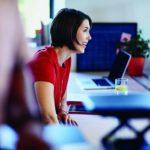Zeitarbeit: Eine Frau ist glücklich an ihrem Arbeitsplatz