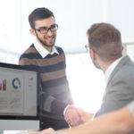 Probezeit: Ein neuer Mitarbeiter stellt sich mit einem freundlichen Händedruck bei den Kollegen vor.