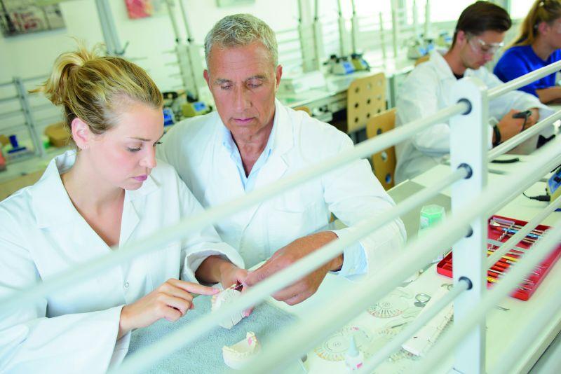 Karriere als Zahntechniker: Experten für den richtigen Biss