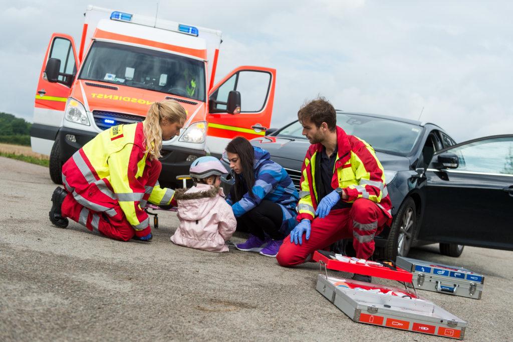 Rettungssanitäter versorgen ein Unfallopfer