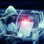 Ein professioneller Hacker stiehlt personenbezogene Daten an einem Laptop. Dies ist die Folge von nicht ausreichenden Datenschutz.