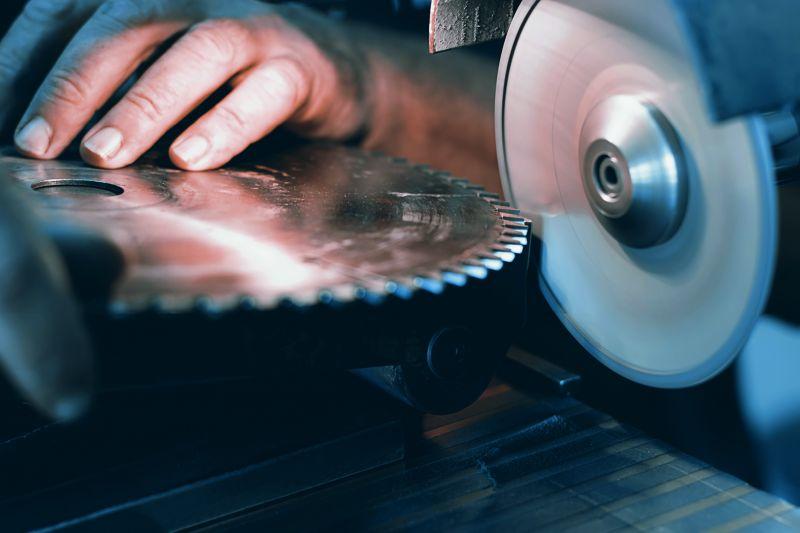Fräser, Messer und Sägeblätter gehören zu den Arbeitsmaterialien vom Präzisionswerkzeugmechaniker.