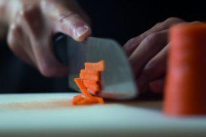 Ein Messer wird beim Zubereiten von Gerichten verwendet. Messer müssen jedoch scharf sein. Hier hilft der Präzisionswerkzeugmechaniker.
