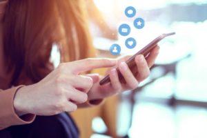 Eine Frau tippt auf ihrem Smartphone: Soziale Netzwerke sind sehr beliebt.