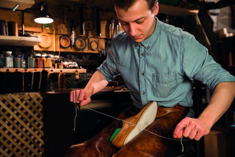 Ein Maßschuhmacher erlernt in der Ausbildung die handwerkliche Anfertigung von Maßschuhen.