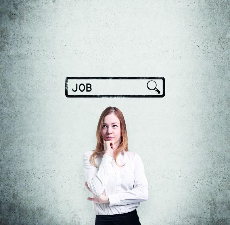 Zeitarbeit: Eine junge Frau schaut nachdenklich. Über ihr erscheint eine Suchleiste, in der das Wort Job geschrieben steht.