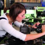Eine Frau arbeitet an einer Maschine (Weltfrauentag)