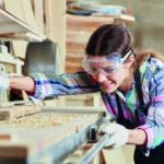 Ein Mädchen arbeitet an einer Schleifbank (GirlsDay und BoysDay).