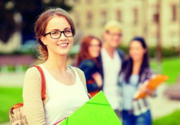 Eine junge Frau hält eine grüne Mappe in den Händen (Wartezeiten sinnvoll nutzen).