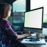 Eine Frau arbeitet an einem Computer (Zeitarbeit).