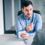 Ein Personalberater im Gespräch mit einem Jobsuchenden