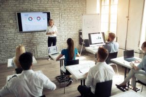 Mitarbeiter in einer Schulung, Weiterbildung und Jobs für Langzeitarbeitslose