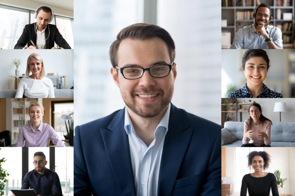 Virtuelle Mitarbeiterführung: Ein Unternehmen tagt via Videochat.