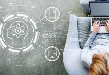 Berufliche Weiterbildung online: ein Mann sitzt auf einem Sessel und hat einen Laptop auf dem Schoß.