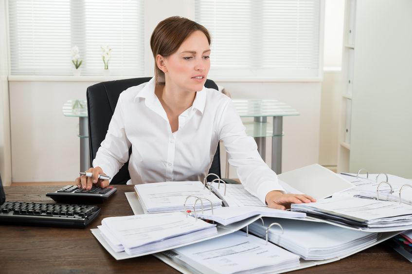 Eine ausgebildete Steuerfachangestellte behält den Überblick über die Steuern ihrer Kunden und kann helfen, die Steuerlast zu verringern.